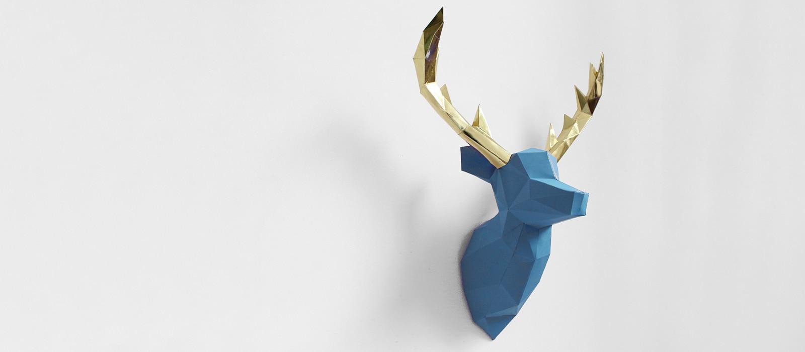 Cervo azul e chifres dourado