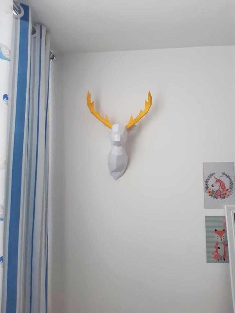 Cabeça de alce na parede cor branco com chifres amarelo angulo 2
