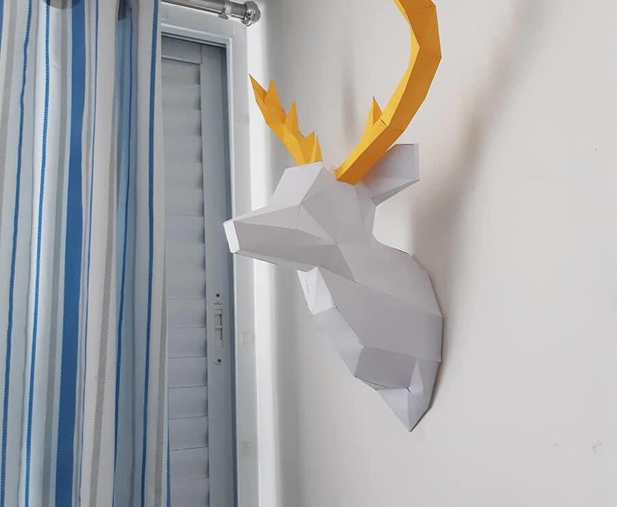 Cabeça de alce na parede cor branco com chifres amarelo angulo 4