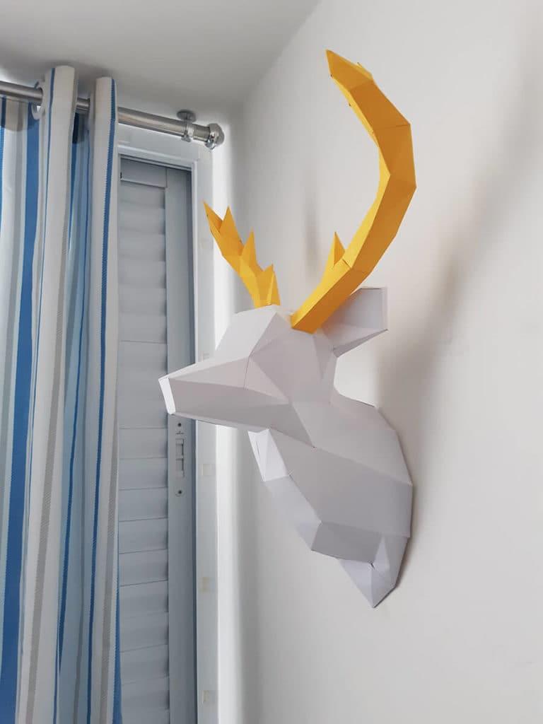 Cabeça de alce na parede cor branco com chifres amarelo angulo 5