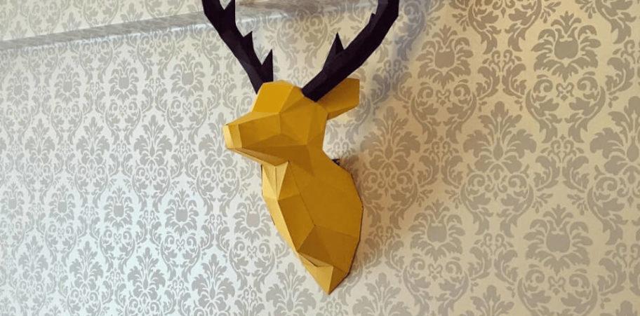 Cabeça de alce amarela e preta em uma parede desenhada
