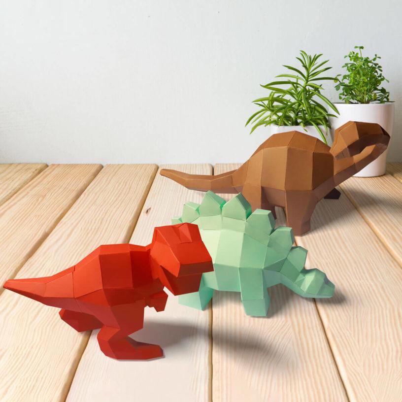 3 dinossaurinhos juntos vermelho verde claro e marrom
