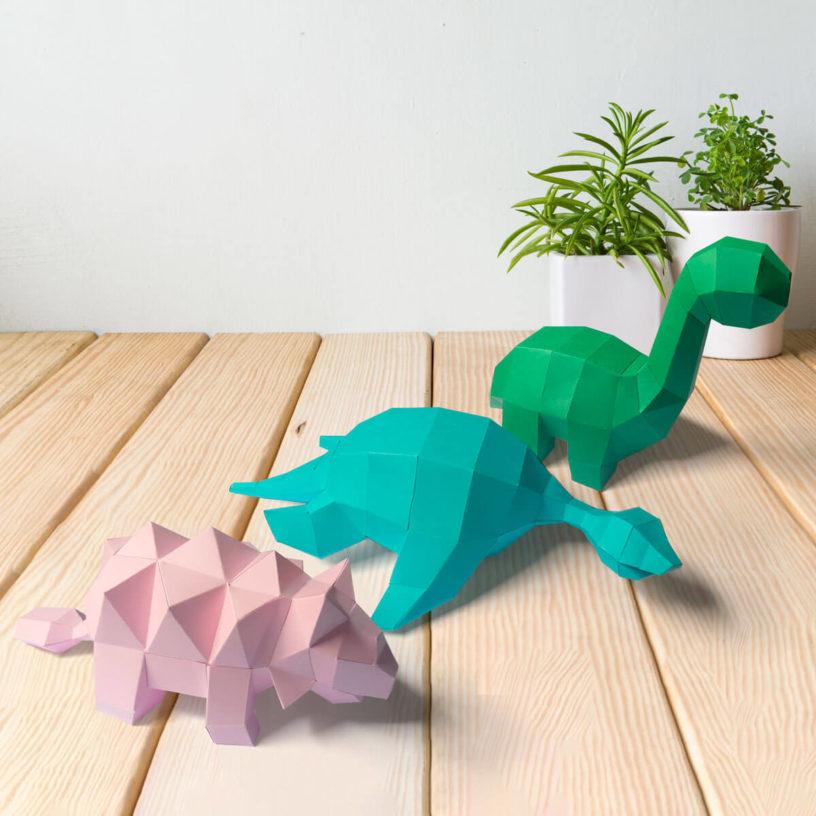 3 dinossaurinhos juntos rosa claro azul claro e verde