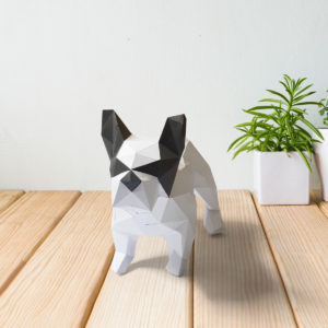 Cachorro bulldog branco cinza