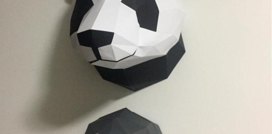 Cabeça de panda e bicho preguiça na parede